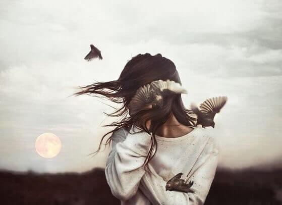 Frau mit Vögeln