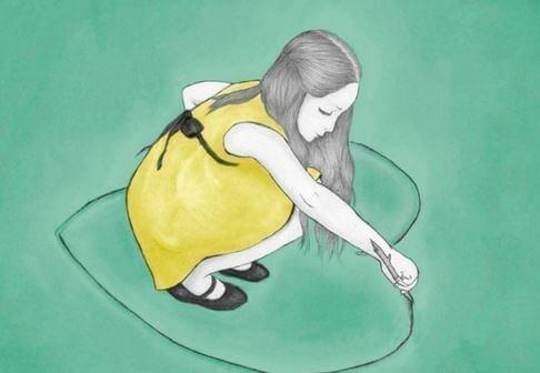 Mädchen zeichnet ein Herz