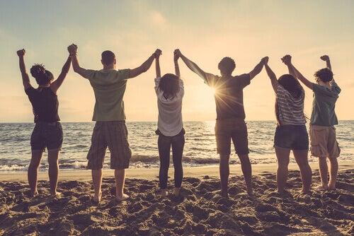 Freunde helfen uns, uns geschützt zu fühlen - Gruppe von Freunden am Strand