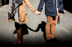 Händchen haltendes Paar