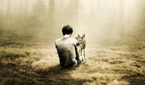 Mann mit Reh im Wald