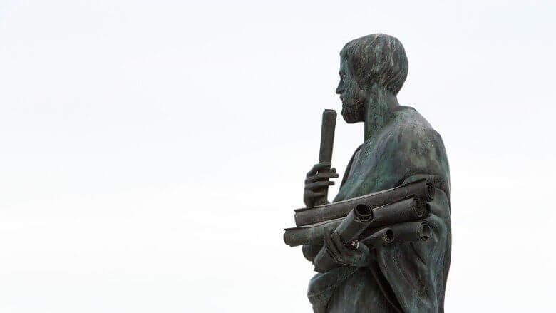 Statue eines Mannes mit Schriftstücken in der Hand