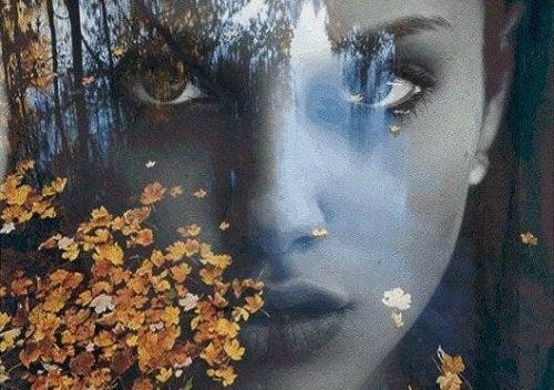 Gesicht einer Frau im Wald