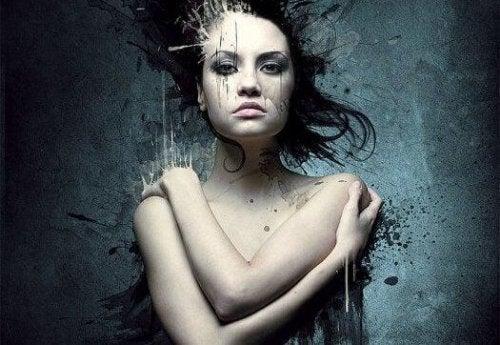 Verweintes Gesicht einer Frau, die ihren Körper verdeckt