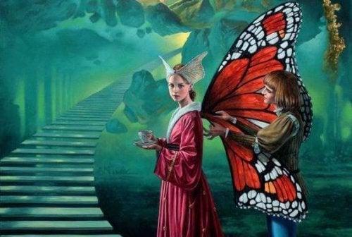 Frau zupft an Mädchen mit Schmetterlingsflügeln