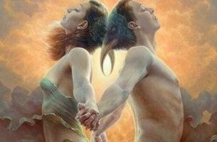 Partner stehen Rücken an Rücken und atmen tief ein.