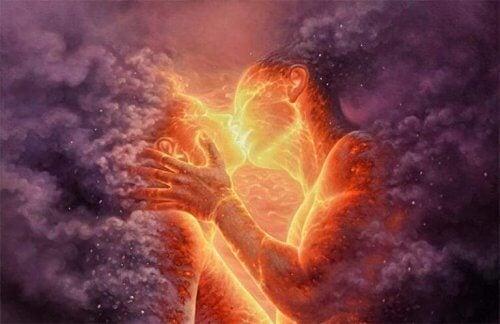 Paar küsst sich im Feuer.