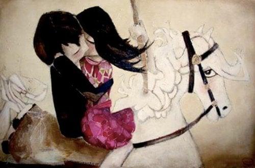 Paar, das sich auf einem Pferd küsst