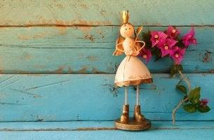 Figur einer goldenen Prinzessin mit Flügeln und Herz