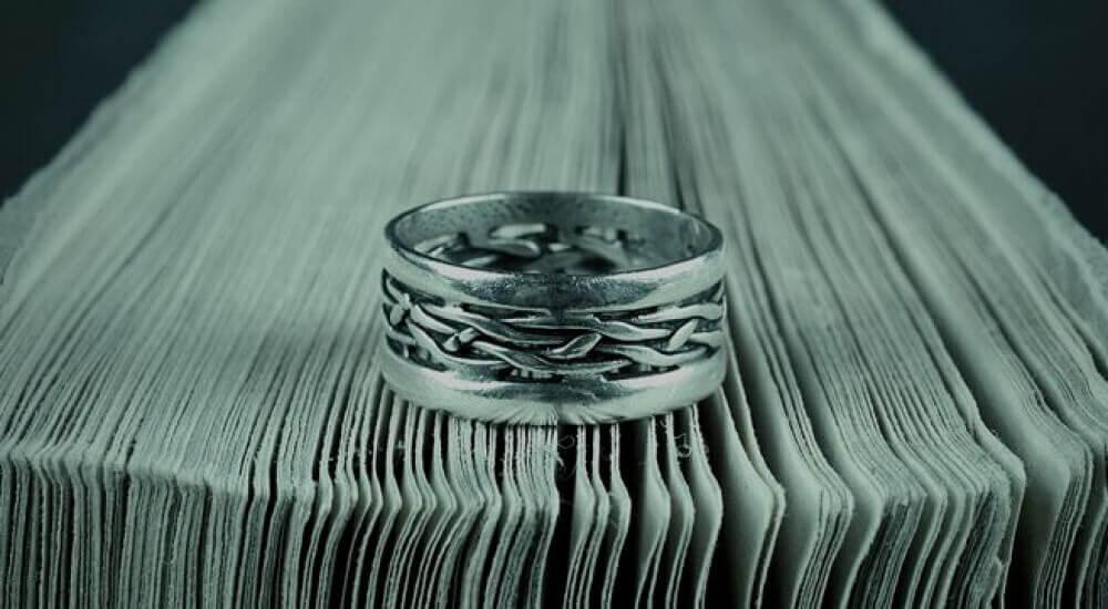 Ring auf Buchseiten