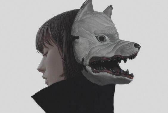 Der Junge mit der Wolfsmaske dreht sich um.