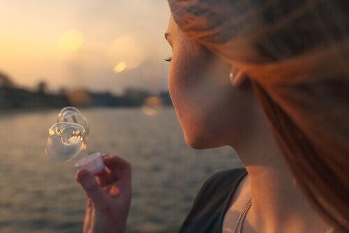 Frau, die Seifenblasen macht