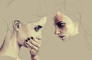 Frau, die den Mund einer anderen mit ihrer Hand verdeckt
