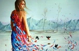 Frau mit ausgefranstem Kleid