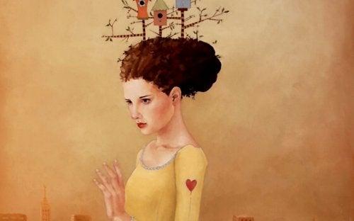 Frau mit Vogelhäusern auf ihrem Kopf