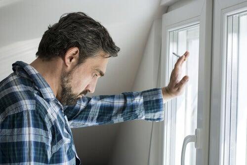 Rauchender Mann am Fenster