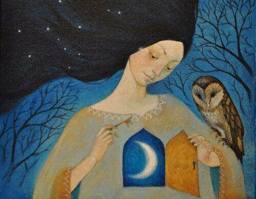 Frau, die ihr Herz dem Mond geöffnet hat