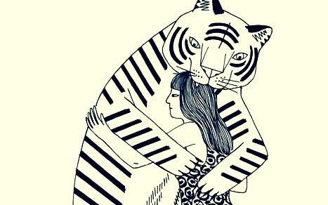 Tiger umarmt Frau