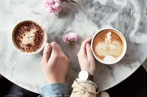 Paar, das Kaffee trinkt