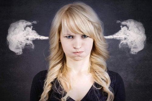 Wütender Frau strömt Dampf aus den Ohren