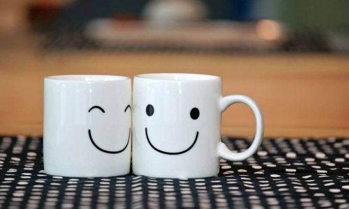 Lächelnde Tassen