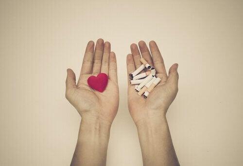 Das Herz in der einen, die Zigaretten in der anderen Hand