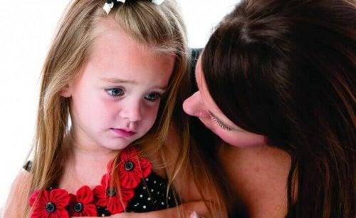 Trauriges Mädchen mit ihrer Mutter