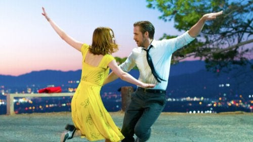 Paar tanzt im Freien