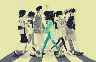 Distanzierende Einstellung - Frau, die als einzige die Straße in die andere Richtung überquert