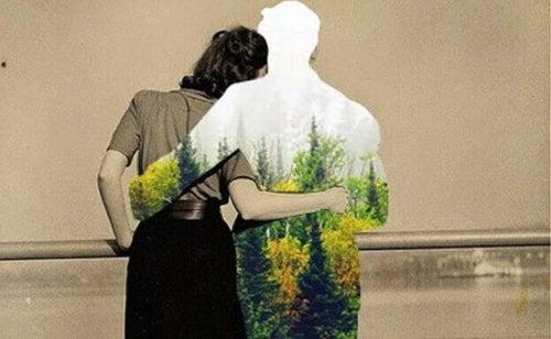 Zwei Menschen, die sich im Arm halten - aber von einem ist nur die Hülle geblieben