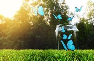 Glücksflaschen - Blaue Schmetterlinge erheben sich aus einem Glas