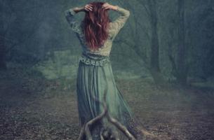 Versteckte Depression - Depressive Frau im Wald