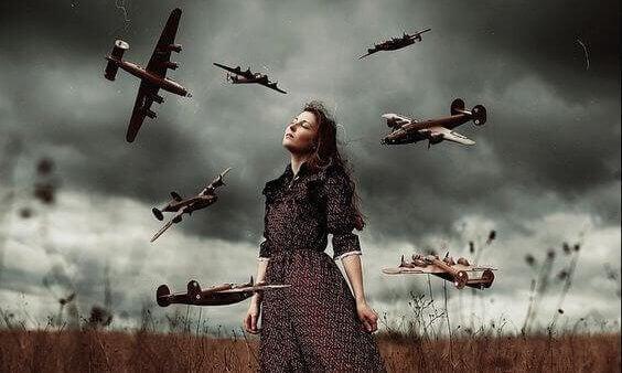 Frau wird von Flugzeugen umzingelt