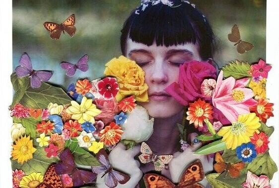Mädchen mit geschlossenen Augen ist umgeben von Blumen