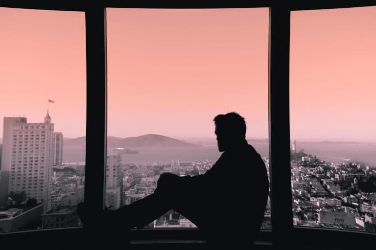 Mann am Fenster