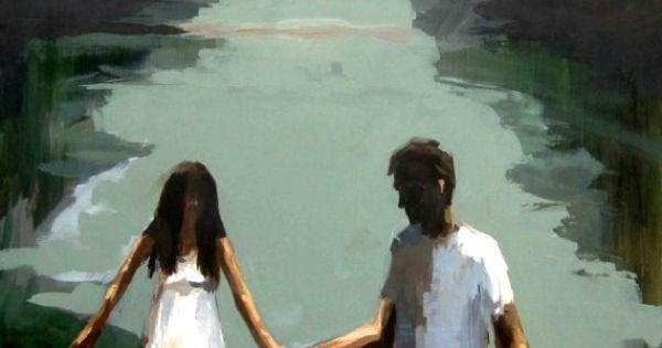 Sich selbst lieben ist Voraussetzung für eine erfolgreiche Partnerschaft - Ein Paar hält Hände am See