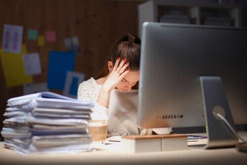 Besorgte Frau am Schreibtisch