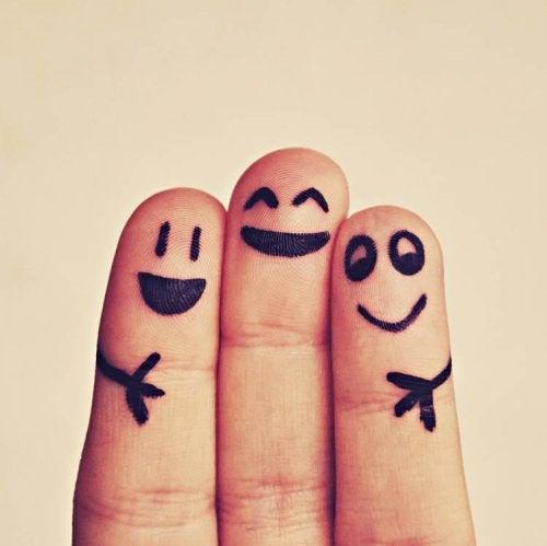 Glückliche Gesichter auf Fingerkuppen