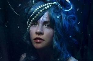 In jedem glücklichen Menschen steckt ein Kämpfer - Frau mit blauen Haaren