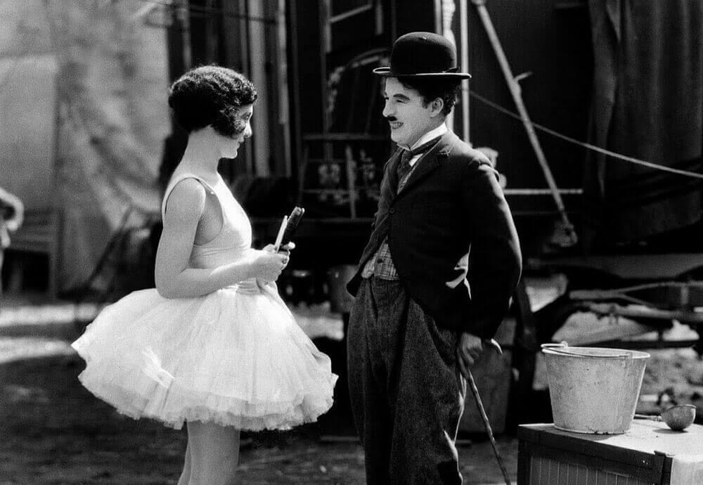 Charles Chaplin mit einer Schauspielerin