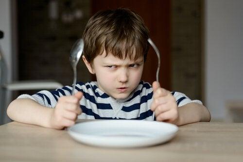 Bockiges Kind beim Essen