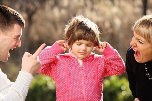 Kind hält sich die Ohren zu und hört gar nicht, was seine Eltern sagen - Kindererziehung ohne Schreie ist die bessere Alternative.