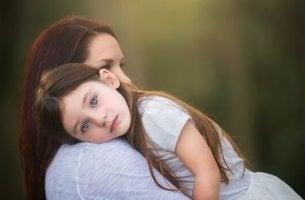 Kind auf dem Arm der Mutter