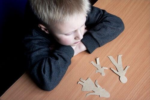 Kind denkt über seine Familie nach