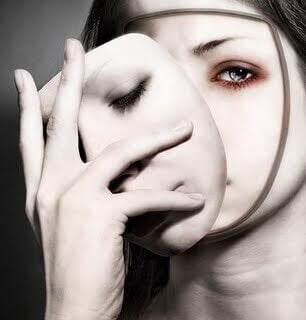Frau nimmt Maske ab und zeigt ihr wahres Gesicht