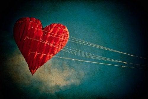 Am Himmel aufsteigender Drachen in Herzform