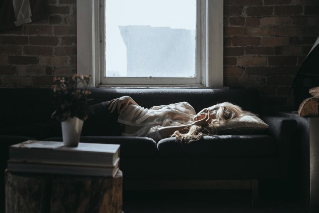 Erschöpfte Frau auf einer Couch
