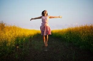 Die Beste sein oder lieber die Glücklichste sein? - Frau im Feld