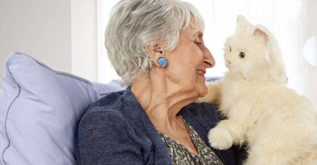 Ältere Frau mit Katze