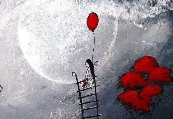 Frau mit rotem Luftballon steht auf einer Leiter vor Vollmond.